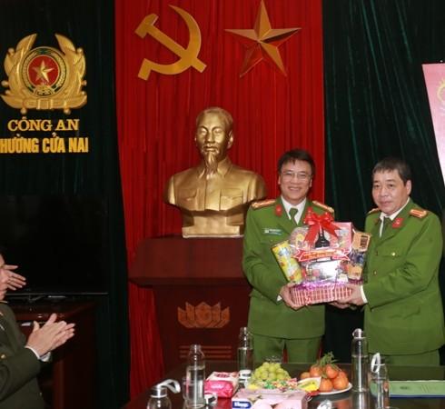 Đại tá Bùi Ngọc Dương - Phó Giám đốc CATP, thay mặt Ban Giám đốc tặng quà, động viên CAP Cửa Nam