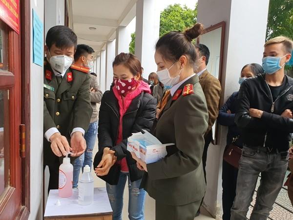 Công an tỉnh Bắc Giang phát khẩu trang và hướng dẫn người dân sử dụng cồn sát khuẩn