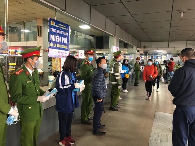 Công an Hà Nội phát khẩu trang miễn phí cho người dân ở bến xe