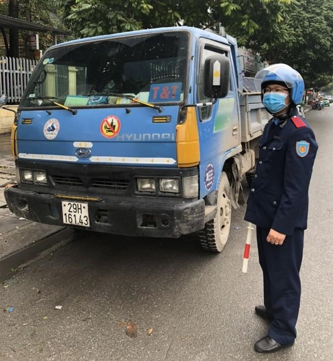 """Chiếc xe tải """"đầy mình"""" vi phạm bị Thanh tra GTVT quận Cầu Giấy xử lý"""