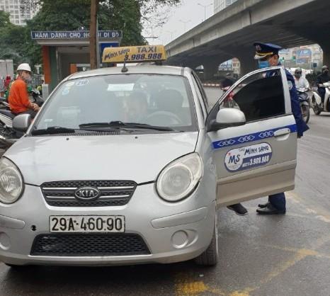 Chiếc taxi này vi phạm về đồng hồ cước; người điều khiển không xuất trình được giấy phép lái xe