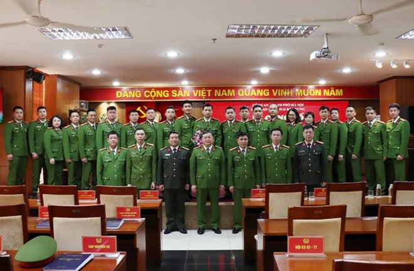 Ban chỉ huy CAQ Hai Bà Trưng chụp ảnh lưu niệm cùng Công an phường Nguyễn Du