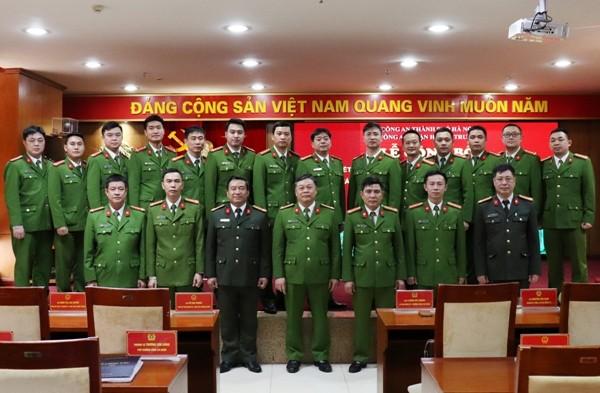 Ban chỉ huy CAQ Hai Bà Trưng chụp ảnh lưu niệm cùng Công an phường Phạm Đình Hổ