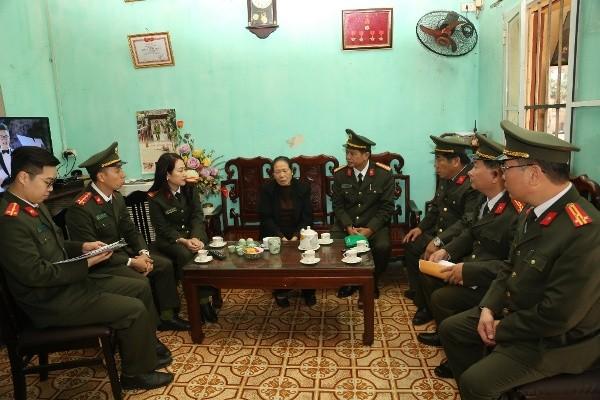 Đoàn công tác Công an tỉnh Long An và Công an TP. Hà Nội thăm hỏi, động viên thân nhân liệt sỹ