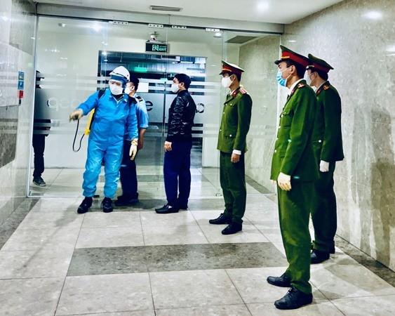 Lực lượng Công an cơ sở phối hợp cùng nhân viên y tế tăng cường phun thuốc phòng dịch ở các tòa chung cư trên địa bàn TP. Hà Nội