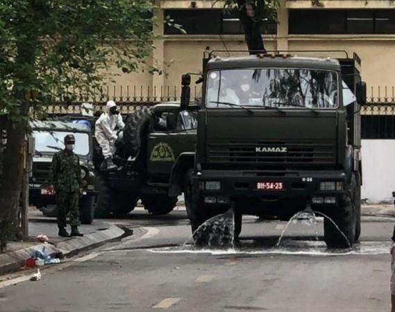 Lực lượng Quân đội tiến hành dọn dẹp môi trường trên địa bàn phường Trúc Bạch, sáng 7-3