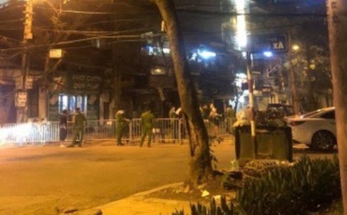 Lực lượng chức năng phong tỏa khu vực phố Trúc Bạch, đêm 6-3