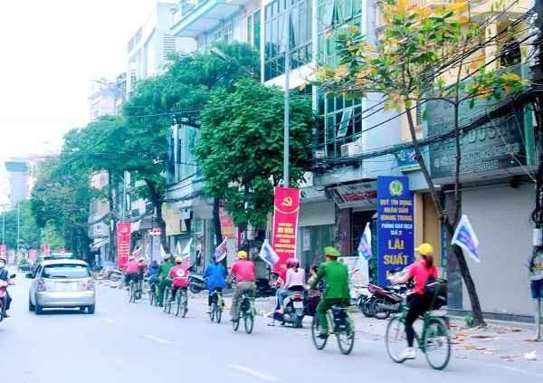 Tổ tuyên truyền của phường Nguyễn Trãi sử dụng xe đạp để lan tỏa những thông điệp phòng chống Covid-19 đến người dân