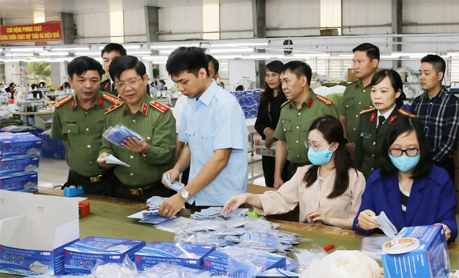 Trung tướng - Thứ trưởng Nguyễn Văn Sơn tại buổi kiểm tra công tác cung ứng khẩu trang tại Công ty 19-5