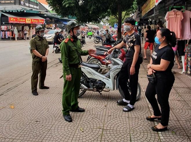 Tổ Cảnh sát trật tự Công an xã Ninh Hiệp nhắc nhở người dân giữ gọn gàng vỉa hè