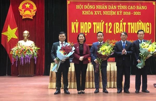 Các đồng chí lãnh đạo tỉnh Cao Bằng tặng hoa chúc mừng tân Phó Chủ tịch Lê Hải Hòa