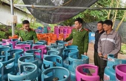 Lực lượng chức năng kiểm tra điểm san chiết gas trái phép