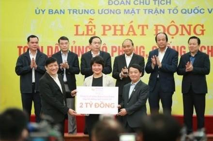 Bà Eriko Sato – Trưởng phòng Tiếp Thị Người Tiêu Dùng của Diana Unicharm – trao ủng hộ qua Ủy Ban Trung Ương Mặt Trận Tổ Quốc Việt Nam