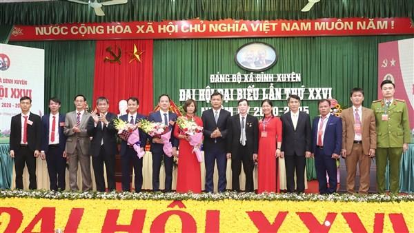 Các đại biểu tặng hoa chúc mừng BCH Đảng bộ xã Đình xuyên khóa XXVI, nhiệm kỳ 2020-2025