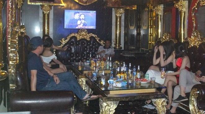 Số khách và nhân viên quán karaoke thời điểm lực lượng chức năng kiểm tra