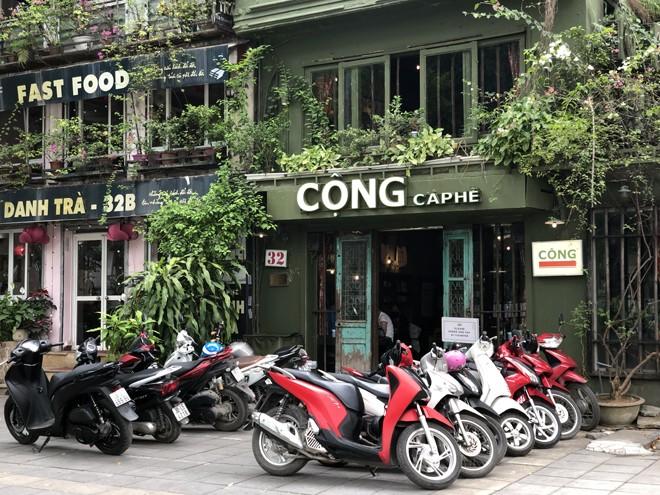 """Quán cà phê """"Cộng"""" trên phố Điện Biên Phủ kín xe của khách"""