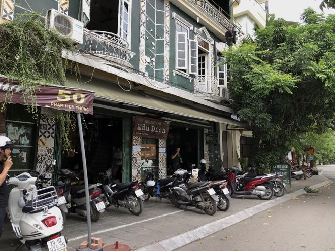 Quán cà phê trên phố Phạm Huy Thông cũng đông không kém