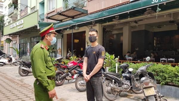 Công an quận Nam Từ Liêm tuyên truyền chủ cơ sở kinh doanh cà phê tạm ngừng hoạt động để phòng chống dịch Covid-19