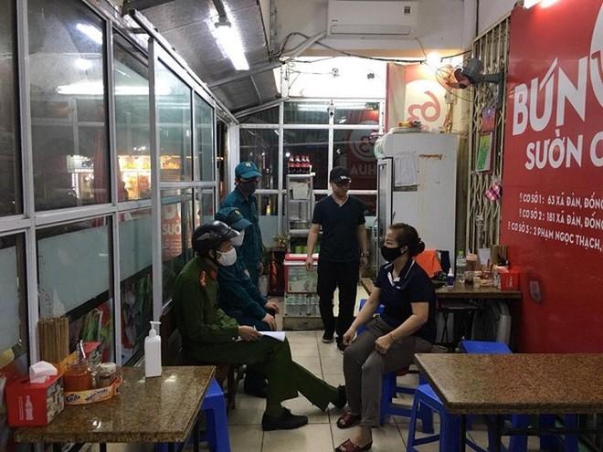 Tổ công tác CAQ Đống Đa tuyên truyền hộ kinh doanh ăn uống tạm thời đóng cửa