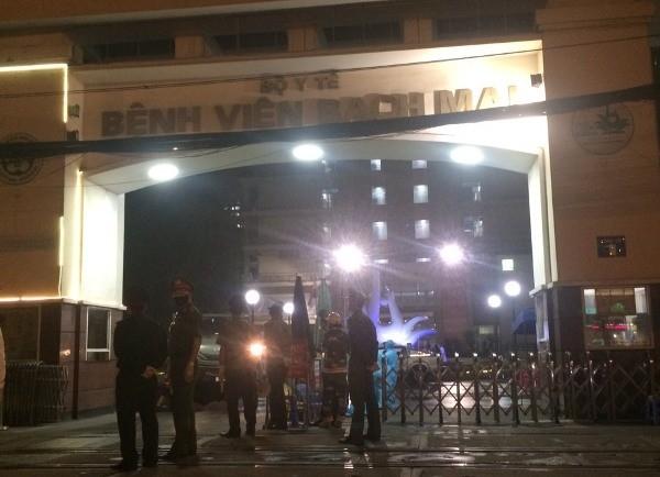 Chốt trực của CAP Phương Mai và các đơn vị chức năng cổng Bệnh viện Bạch Mai, tối 28-3