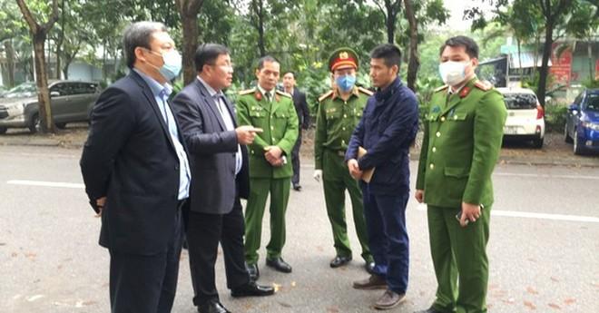 Chủ tịch quận Hoàng Mai, ông Nguyễn Quang Hiếu (thứ hai từ trái sang), cùng chỉ huy CAQ kiểm tra, động viên chốt trực cách ly tại khu Pháp Vân - Tứ Hiệp