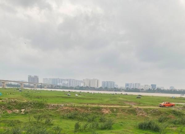 Rất đông ô tô, xe máy di chuyển, tụ tập ở khu vực bãi giữa sông Hồng