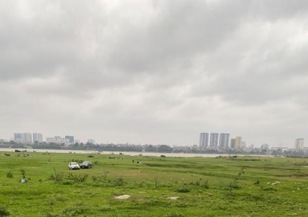 Bất chấp yêu cầu cấm tụ tập đông người để phòng dịch Covid-19, hàng trăm người vẫn kéo ra bãi giữa sông Hồng ăn uống ảnh 3