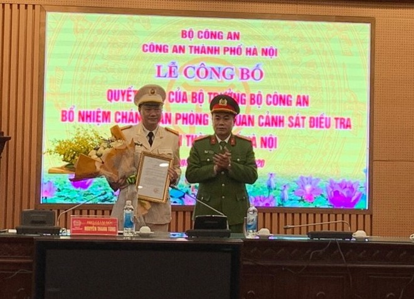 Đại tá Nguyễn Thanh Tùng - Phó Giám đốc, Thủ trưởng Cơ quan CSĐT CATP Hà Nội trao quyết định của Bộ trưởng Bộ Công an bổ nhiệm Chánh văn phòng Cơ quan CSĐT CATP