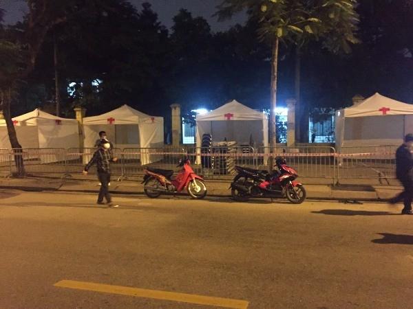 Hơn 21h ngày 30-3, dãy liên hoàn trạm xét nghiệm đã hoàn thành ngay gần Bệnh viện Bạch Mai