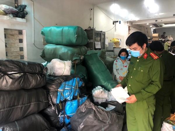 """Lực lượng CSKT CAQ Hà Đông kiểm tra kho chứa sản phẩm """"có vấn đề"""""""
