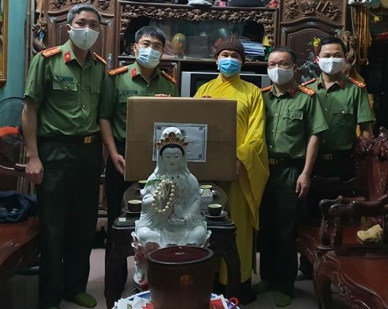 Thượng tá Bùi Chiến Thắng - Phó Giám đốc Công an tỉnh Bắc Giang tặng khẩu trang đến đại diện Ban trị sự Giáo hội Phật giáo Việt Nam tỉnh Bắc Giang