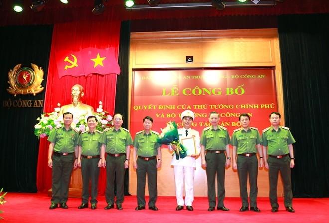 Bộ trưởng Tô Lâm và các đồng chí trong Đảng ủy Công an Trung ương, lãnh đạo Bộ Công an đã tặng hoa chúc mừng đồng chí Trần Quốc Tỏ
