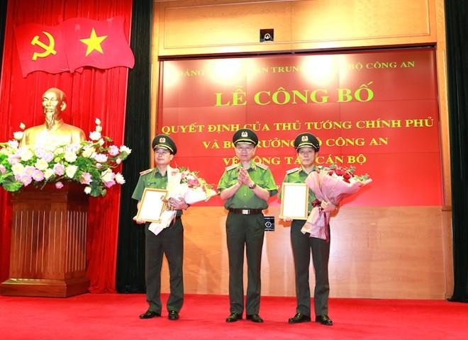 Bộ trưởng Tô Lâm trao các Quyết định về việc bổ nhiệm các chức danh Tư pháp đối với Trung tướng Lương Tam Quang và Thiếu tướng Lê Quốc Hùng, Thứ trưởng Bộ Công an.