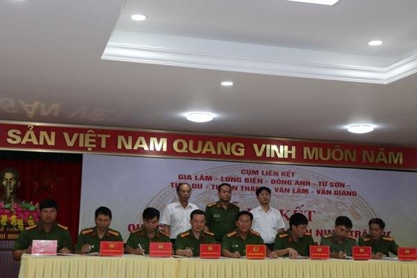 Đại tá Nguyễn Thanh Tùng các các đồng chí lãnh đạo huyện Gia Lâm chứng kiến lễ ký Quy chế phối hợp giữa 8 đơn vị