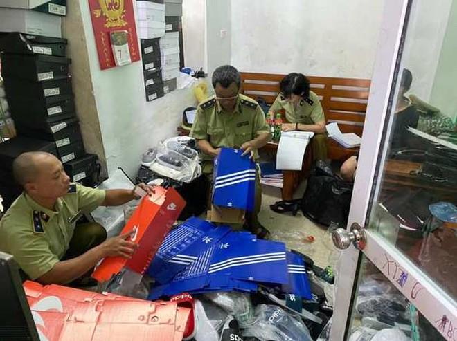 Lực lượng QLTT kiểm đếm số hàng hóa gian lận thương mại