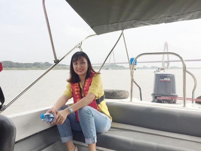 Phóng viên Linh Nhi trong chuyến công tác