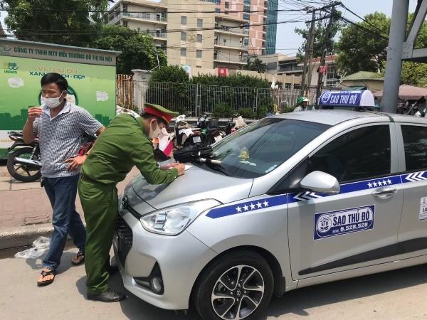 Biết vi phạm, nhưng tài xế taxi này vẫn...chấp nhận chịu phạt để đón khách