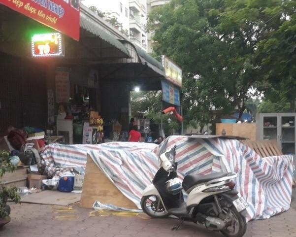 Hàng hóa tài sản của Công ty TNHH XEUN Việt Nam bị một số cá nhân tự ý bê ra ngoài ki ốt (ảnh chụp ngày 9/6/2020)