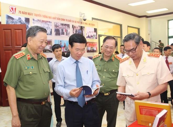 Các đồng chí lãnh đạo tham quan triển lãm tại hội thảo