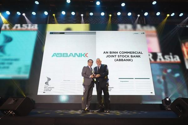 Đại diện ABBANK nhận giải Nơi làm việc tốt nhất châu Á năm 2020 – Best Company to work for in 2020
