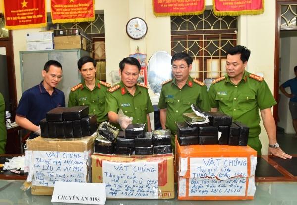 Lãnh đạo Cục CSĐT tội phạm về ma túy kiểm tra tang vật thu giữ