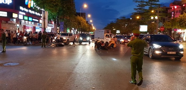 Lực lượng chức năng phân luồng hiện trường vụ tai nạn