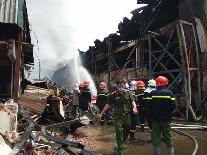 Lực lượng chức năng triển khai đồng loạt các phương án chữa cháy, khoanh vùng, cứu hộ trong vụ cháy kho hóa chất hôm 30-6