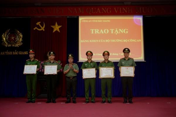 Trung tá Nguyễn Ngọc Điệp (thứ ba từ phải sang) nhận quyết định khen thưởng về thành tích đấu tranh, phòng chống tội phạm
