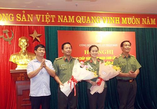 Thiếu tướng Nguyễn Đức Minh và đồng chí Nguyễn Duy Vũ tặng hoa chúc mừng các đồng chí được tín nhiệm bầu bổ sung vào BCH Công đoàn CAND nhiệm kỳ 2018-2023
