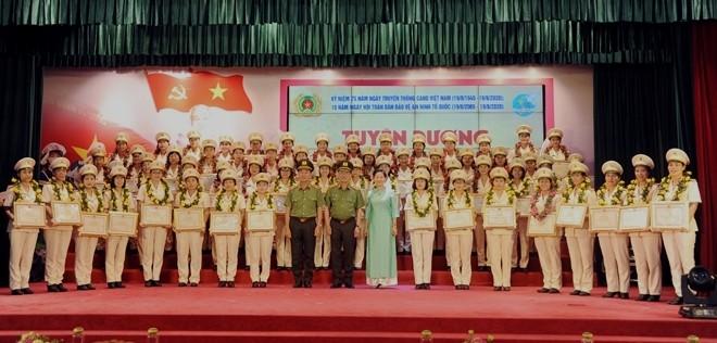 Thứ trưởng Nguyễn Văn Thành, Thứ trưởng Trần Quốc Tỏ, đồng chí Trần Thị Hương cùng 61 phụ nữ Công an cấp cơ sở xuất sắc