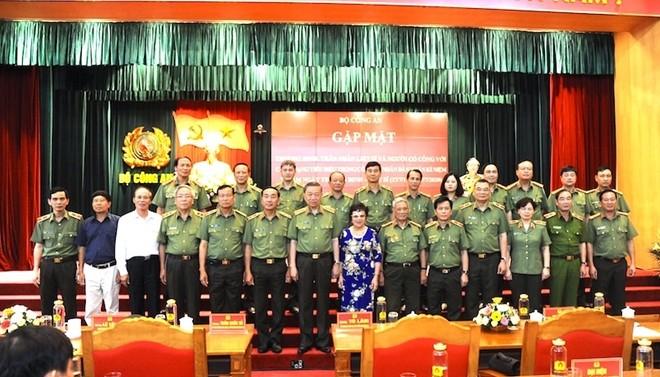Bộ trưởng Tô Lâm với các đại biểu cùng các thương binh, thân nhân liệt sỹ, người có công với cách mạng tiêu biểu trong CAND