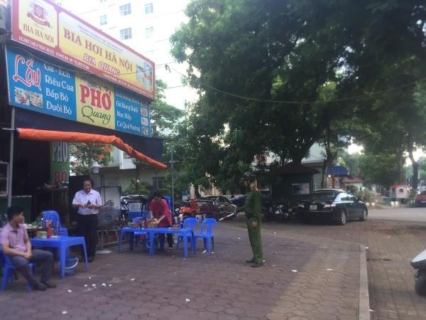 Công an phường Hoàng Liệt nhắc nhở các hộ kinh doanh không lấn chiếm vỉa hè