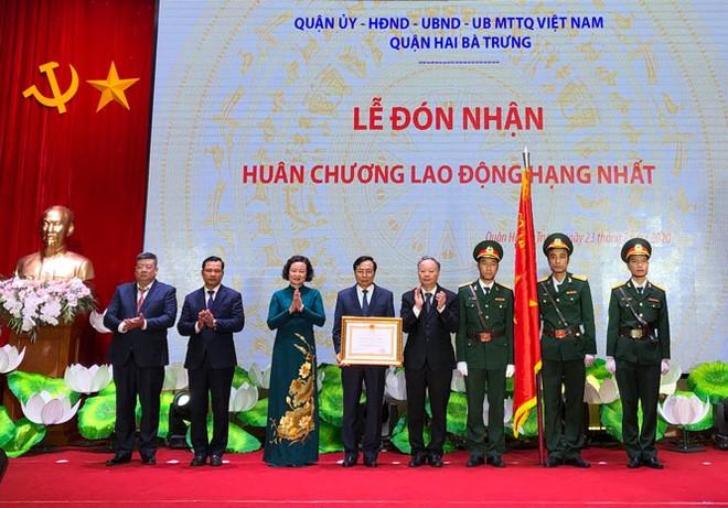 Ủy viên Ban Thường vụ Thành ủy, Phó Chủ tịch Thường trực UBND thành phố Nguyễn Văn Sửu trao Huân chương Lao động hạng Nhất cho Đảng bộ, chính quyền và nhân dân quận Hai Bà Trưng.