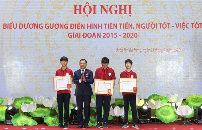 """Các em học sinh Trường THCS Ngô Gia Tự nhận danh hiệu """"Người tốt, việc tốt""""."""